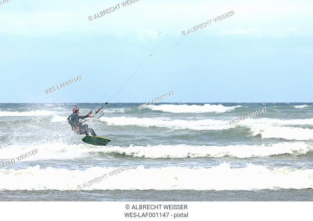 France, Bretagne, Finistere, man kitesurfing