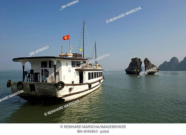 Excursion boat, Halong Bay, Vinh Ha Long, Gulf of Tonkin, Vietnam