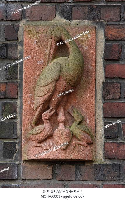 1926-1927 Architekt: Figge, Relief an einem Hauseingang, Storch mit Jungen, Bildhauer: Dorn