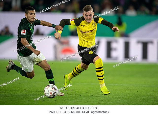 03 November 2018, Lower Saxony, Wolfsburg: Soccer: Bundesliga, 10th matchday, VfL Wolfsburg - Borussia Dortmund. Dortmund's Jacob Bruun Larsen (r) plays against...