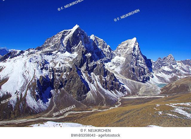 Taboche and Cholatse view from Nangkar Tshang near Dingboche, Nepal, Himalaya, Khumbu Himal