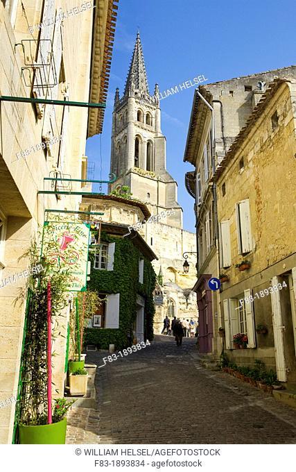 Saint-Emilion, in the Dordogne River Valley, Gironde region, Acquitaine, France, Rue de la Petite Fountaine leading to Romanesque monolithic church 'L'Eglise...