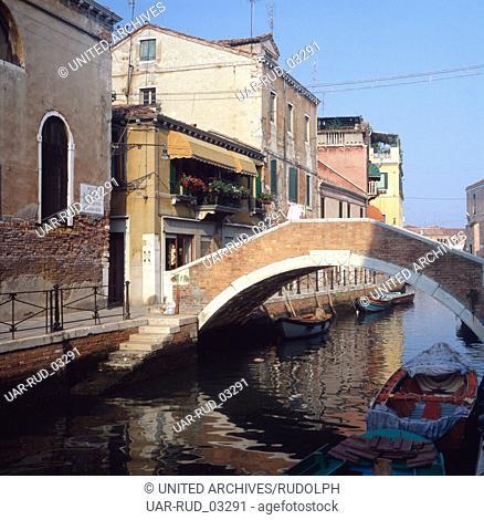 Unterwegs auf den Wasserstraßen der Lagunenstadt Venedig, Italien 1980er Jahre. On the go on the waterways of lagoon city Venice, Italy 1980s