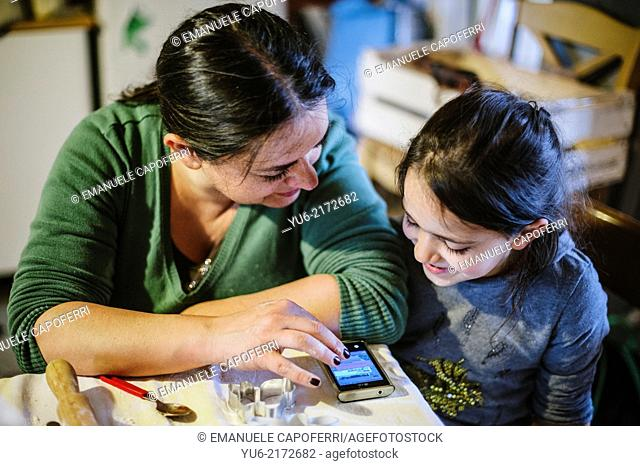Mother and daughter in front of a smart phone