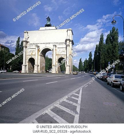 München, 1985. Das Siegestor, (Rückseite) am Beginn der Leopoldstrasse, Stadtteil Schwabing. Mit Inschrift auf dem Triumphbogen: DEM SIEG GEWEIHT-VOM KRIEG...