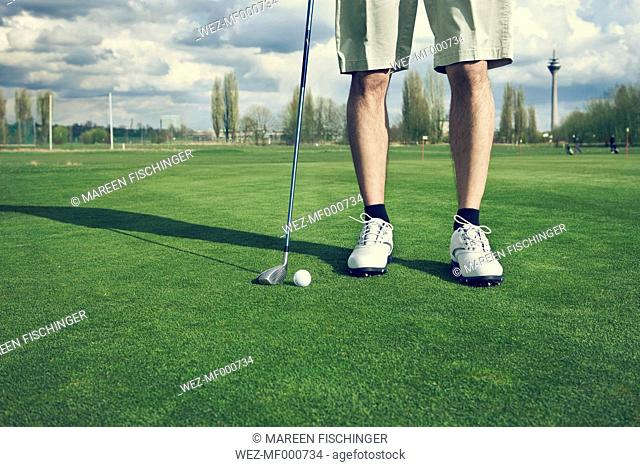 Germany, Duesseldorf, man golfing