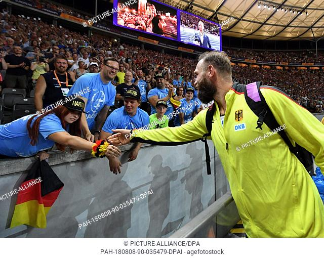 08.08.2018, Berlin: Track and Field, European Championships in the Olympic Stadium: Discus throw, Men, Final, Robert Harting from Germany with fans