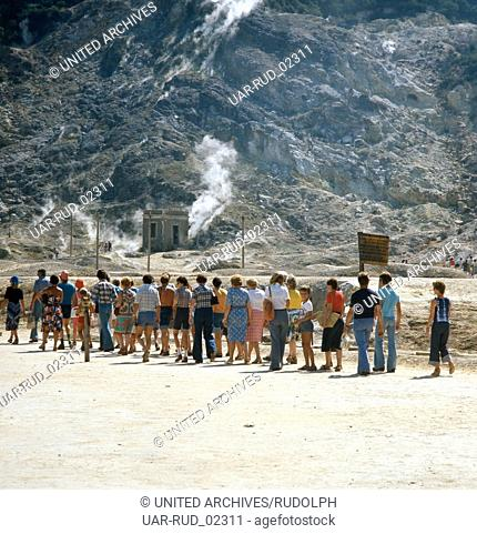 Ein Touristenausflug zum Vulkankrater Solfatara in Pozzuoli, Kampanien, Italien 1970er Jahre. A tourist excursion to the volcanic crater Solfatara of Pozzuoli