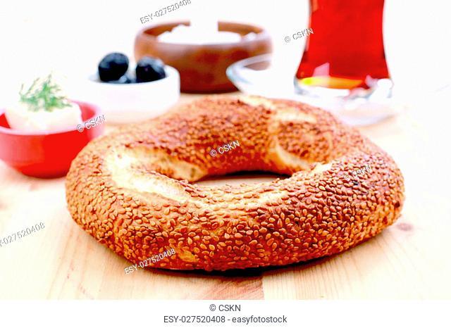 Simit, Oliven, cheese and Turkish tea