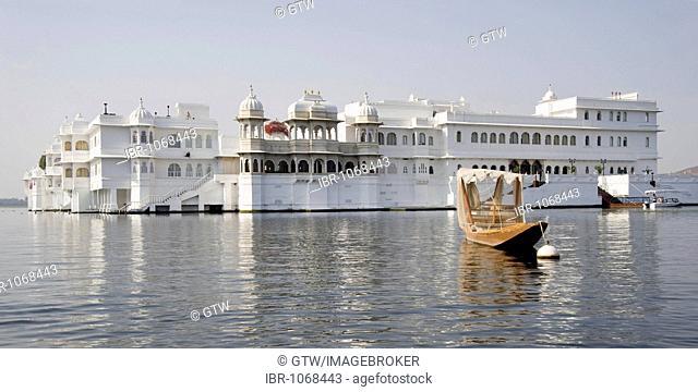 Lake Pichola and Lake Palace Hotel, former Jag Niwas Palace, Udaipur, Rajasthan, India, South Asia