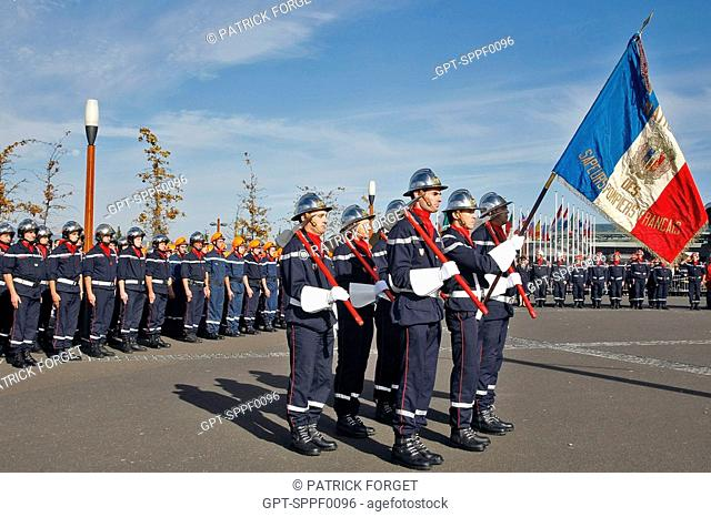 THE FIREFIGHTERS GUARD WITH THE FLAG IN HOMAGE TO THOSE WHO HAVE DIED WHEN ON MISSIONS, 114TH FIREFIGHTERS CONGRESS, CLERMONT-FERRAND, PUY-DE-DOME 63