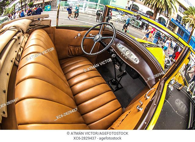 public exhibition of vintage cars in Santa Cruz de Tenerife city