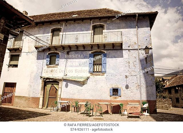 Antiguo Hostal en Ansó, Pirineo Aragonés, Huesca, España