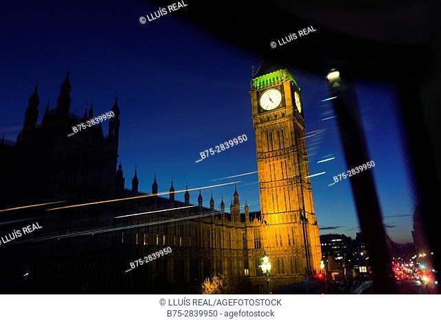 Palacio de Westminster, Big Ben, Parlamento del Reino Unido visto desde una ventana de un auto bus de noche, con el cielo azul