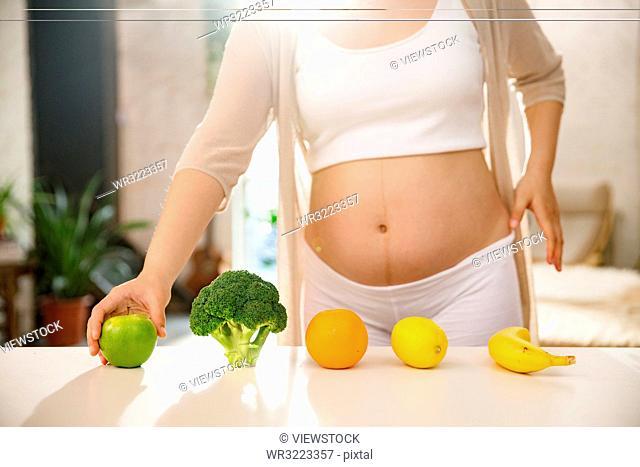 Pregnant women eat a healthy diet