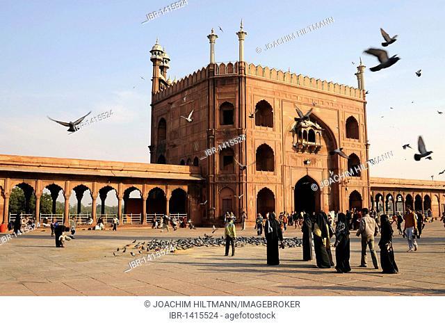 Main gate and courtyard of the Friday Mosque Jama Masjid, Old Delhi, Delhi, Uttar Pradesh, North India, India, South Asia, Asia