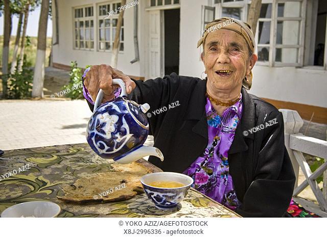 Uzbekistan, Surrounding of Khiva, woman at the traditional restaurant