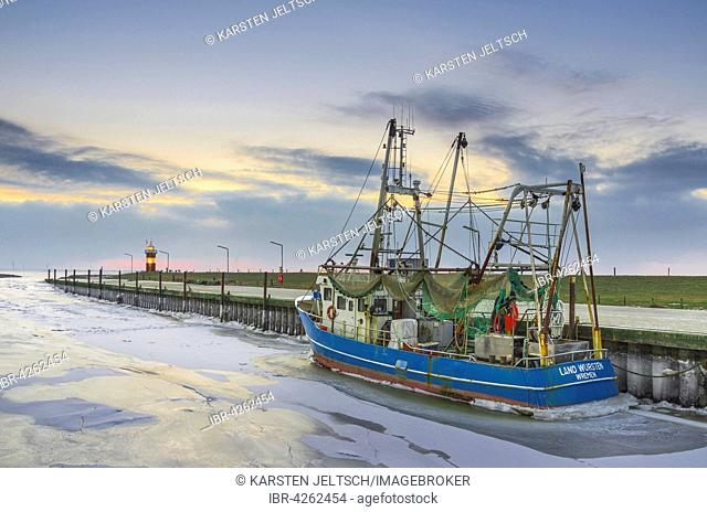 Boats in the harbour, ice on the water, Kleiner Preusse lighthouse behind, Wadden Sea, Wremen, Lower Saxony, Germany