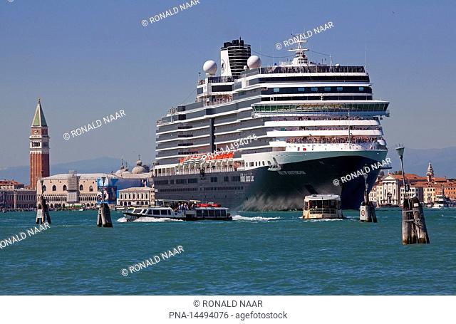 Cruise boat Nieuw Amsterdam of the Holland America Line, Piazza San Marco, Venice Venetia, Veneto, Italia