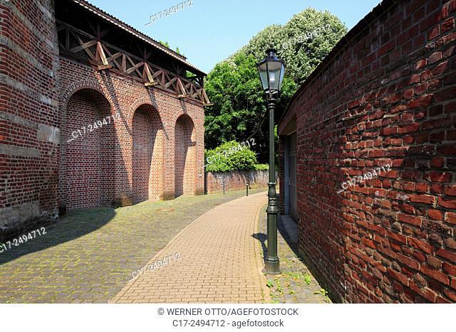 Germany, Kempen, Niers, Lower Rhine, Rhineland, North Rhine-Westphalia, NRW, medieval city fortification, town wall, wall walk, footpath, lantern