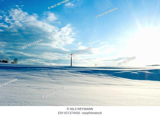 winterliche landschaft it blauem himmel und weissem schnee