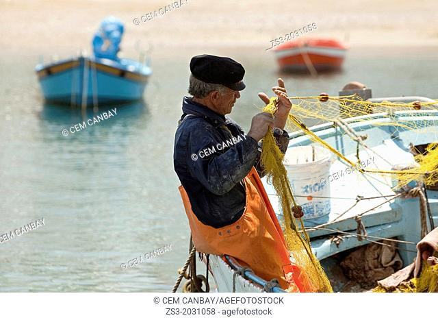Fisherman at the town harbour, Mykonos, Cyclades Islands, Greek Islands, Greece, Europe.	1015