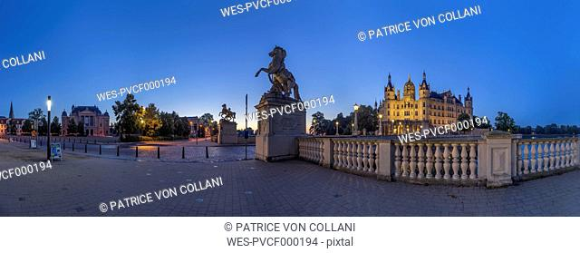 Germany, Mecklenburg-Western Pomerania, Schwerin, Schwerin Palace in the evening