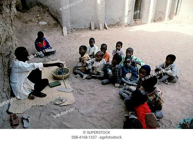 MALI, DJENNE, STREET SCENE KORAN SCHOOL, RELIGIOUS SCHOOL