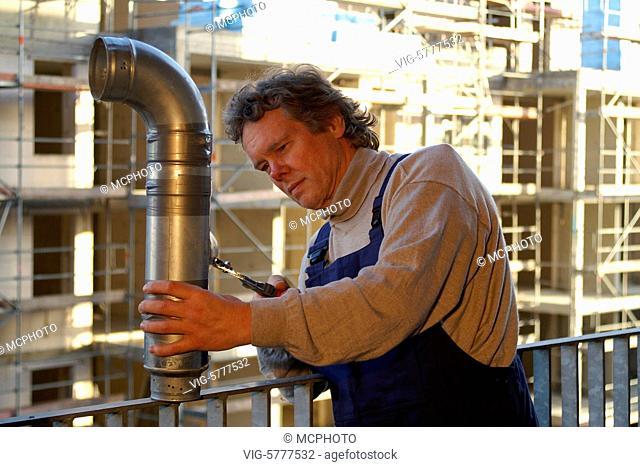 Ein Installateur auf einer Baustelle, Hamburg 2006 - Hamburg, Germany, 27/12/2006