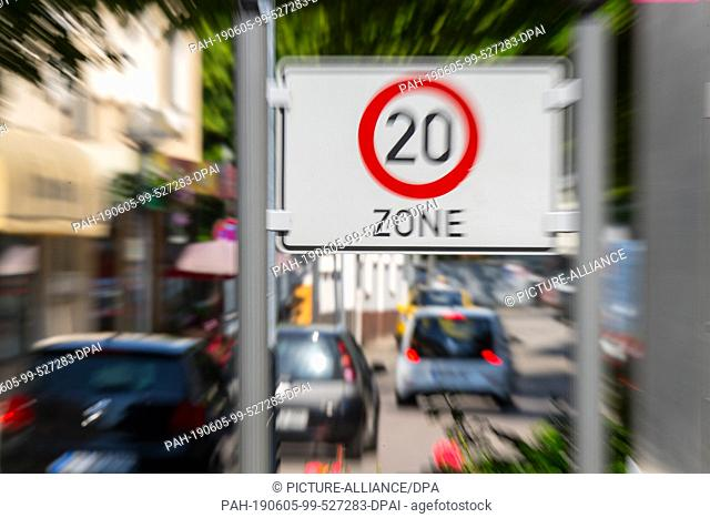 05 June 2019, Hessen, Hanau: Several cars drive through the speed 20 zone on Langstraße. The Brothers Grimm-Stadt wants to slow down speeders and car-posers in...
