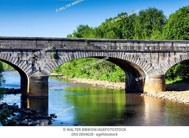 Ireland, County Wicklow, Avoca, village bridge