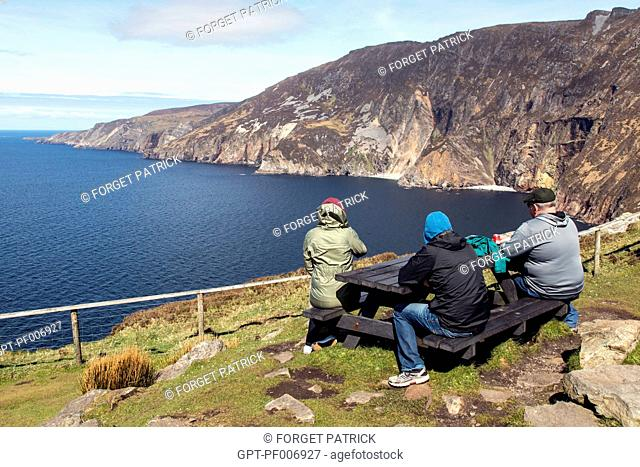 TOURISTS, CLIFFS OF SLIEVE LEAGUE, AMONGST THE HIGHEST IN EUROPE, COUNTY DONEGAL, IRELAND