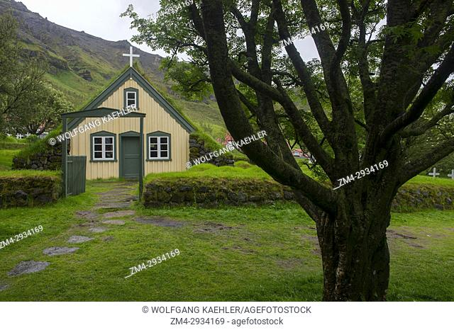 The Hofskirkja on the south coast of Iceland was built in 1884 with walls made out of rock; the roof is made out of stone slabs and covered with turf