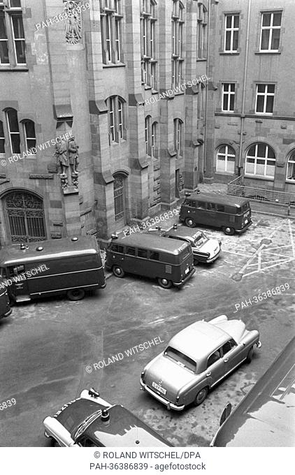 The police cars can be seen in the back yard of the Roemer in Frankfurt on the 30th of December in 1963, the second day of trial