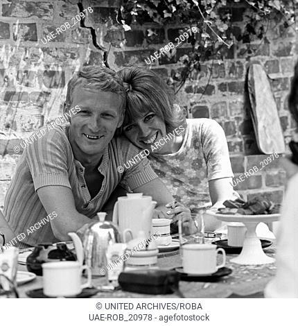 Die deutsche Volksschauspielerin Heidi Mahler mit Ehemann Klaus Wischmann, Deutschland 1960er Jahre. German actress Heidi Mahler with husband Klaus Wischmann