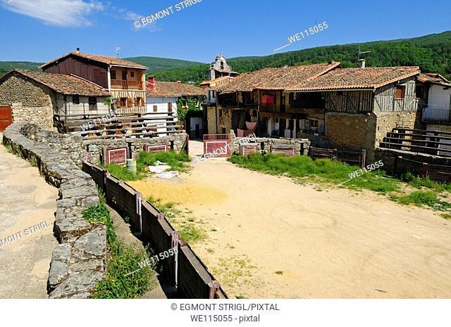 Europe, Spain, Castile and Leon, Castilla y Leon, Sierra de Francia, narrow lane with old buildings at San Martin del Castanar