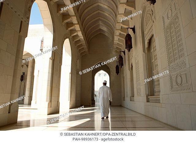 A man walking inside the Sultan Qaboos Grand Mosque in Muscat, Oman, on 01.10.2017. | usage worldwide. - Maskat/Maskat/Oman