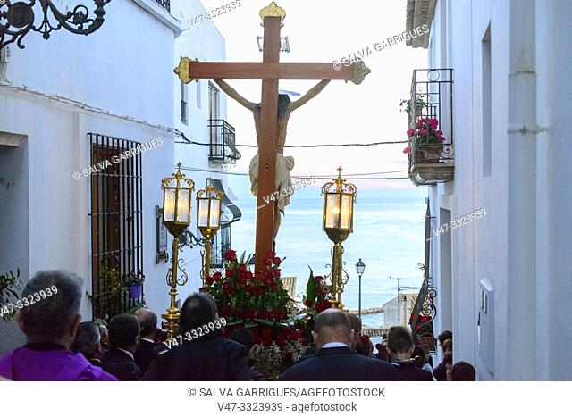 The brothers carry the crucified Christ through the streets of Altea with the Anda (float) on the shoulders, Alicante, Comunitat Valenciana, Spain