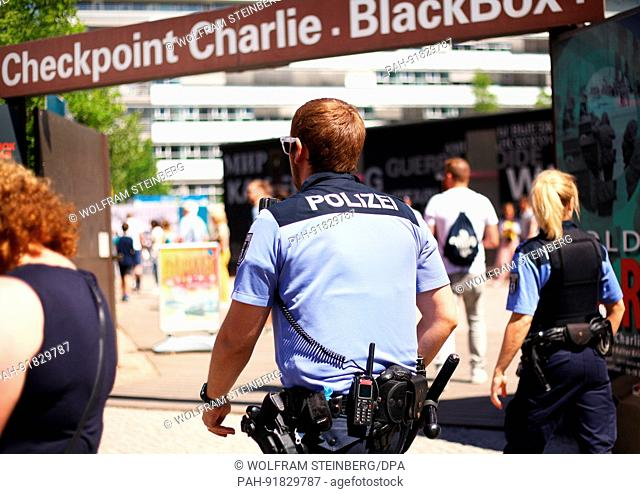 Police during a raid against thimble-riggers and pick pockets at Checkpoint Charlie in central Berlin on June 02, 2017. Photo: Wolfram Steinberg/dpa   usage...