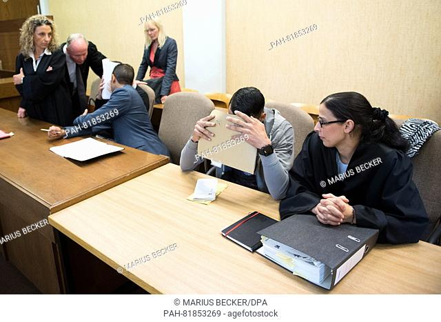 Defending lawyers Funda Bicakoglu (l-r) and Mario Geuenich, a 26-year-old defendant, two interpreters, a 21-year-old defendant and the defendant's lawyer Siham...