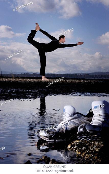 Jogger exercising yoga, Ambach, Munsing, Bavaria, Germany