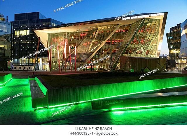 Irland, Dublin, Grand Canal Square, Grand Canal Theatre, Lichtinstallation (entworfen von Daniel Liebeskind), Docklands