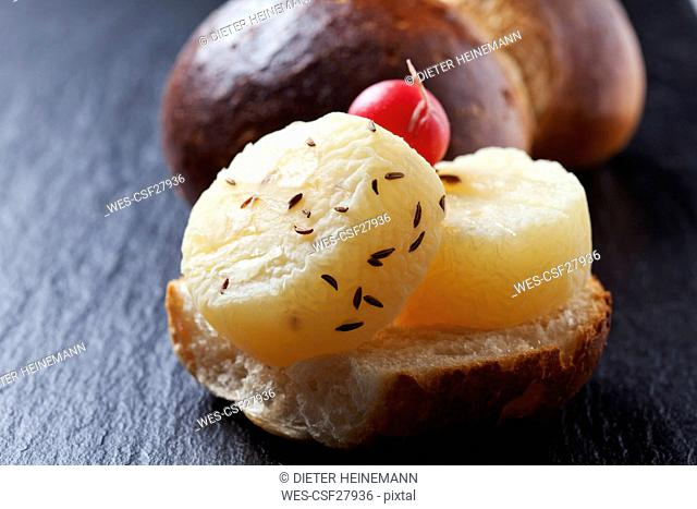Rhenish delicacy 'Halver Hahn', Roggelchen with Harzer cheese and red radish, close-up