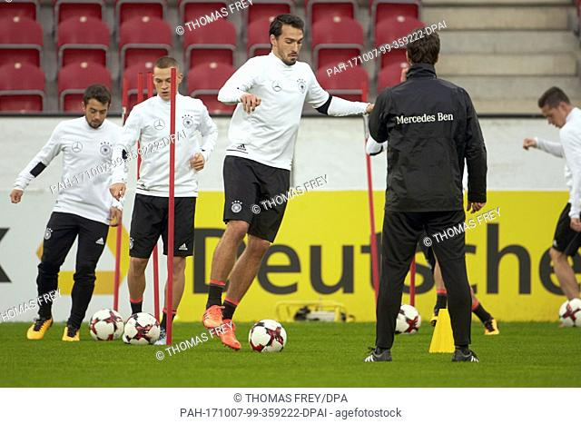 Amin Younes (l-r), Joshua Kimmich and Mats Hummels in action during the final training session before the World Cup qualification match between Germany and...