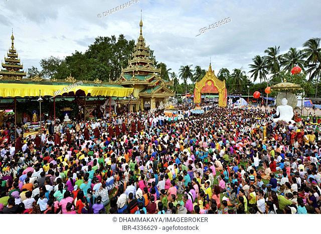 Pilgrims' procession to the Shwe Taung Zar Pagoda, day of meditation, Dhammakaya Foundation, Buddhist monks, Dawei, Tanintharyi Region, Myanmar