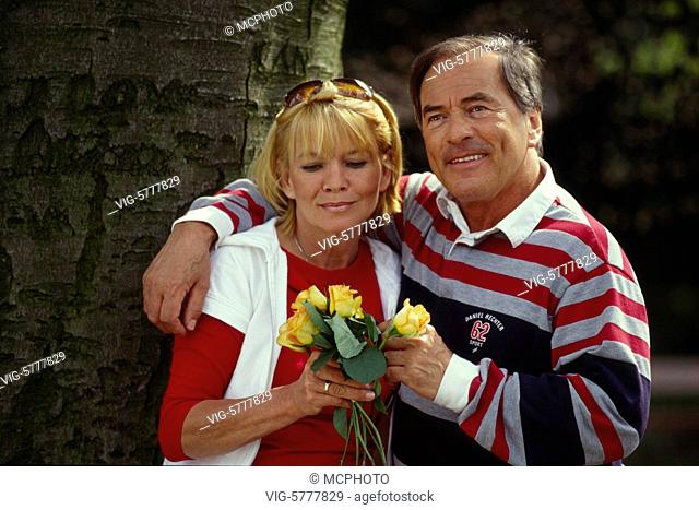 Ein aelteres gutaussehendes Paar im Gruenen, 2004 - Germany, 19/05/2004
