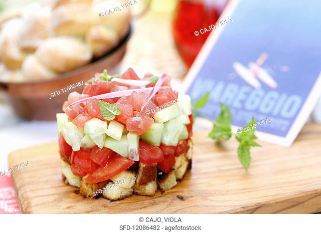Tuna tartare with cucumber, tomato, croutons, red onion and fresh mint (Tuscany, Italy)