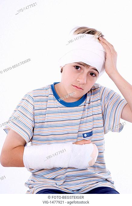 boy with arm in plaster and bandage on head - 09/06/2009