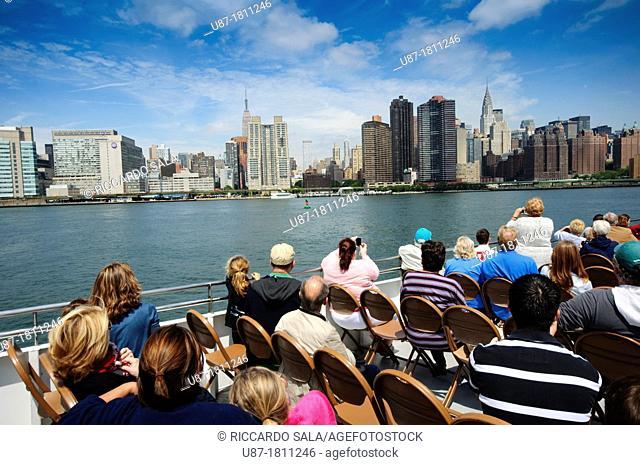 USA, New York, Tourists on Circle Line Tour Boat, Manhattan Skyline