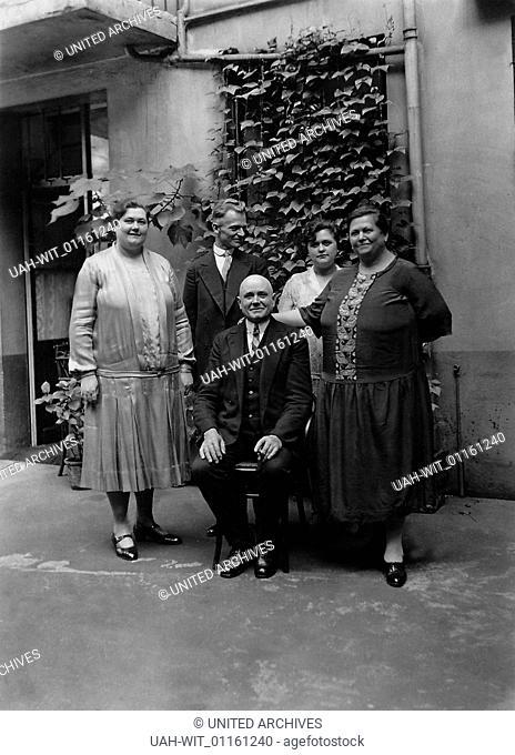 Anläßlich der Feier eines Namenstages läßt sich eine Familie im Innenhof ihres Hauses fotografieren., Sammlung Gustel Görgen, Goergen